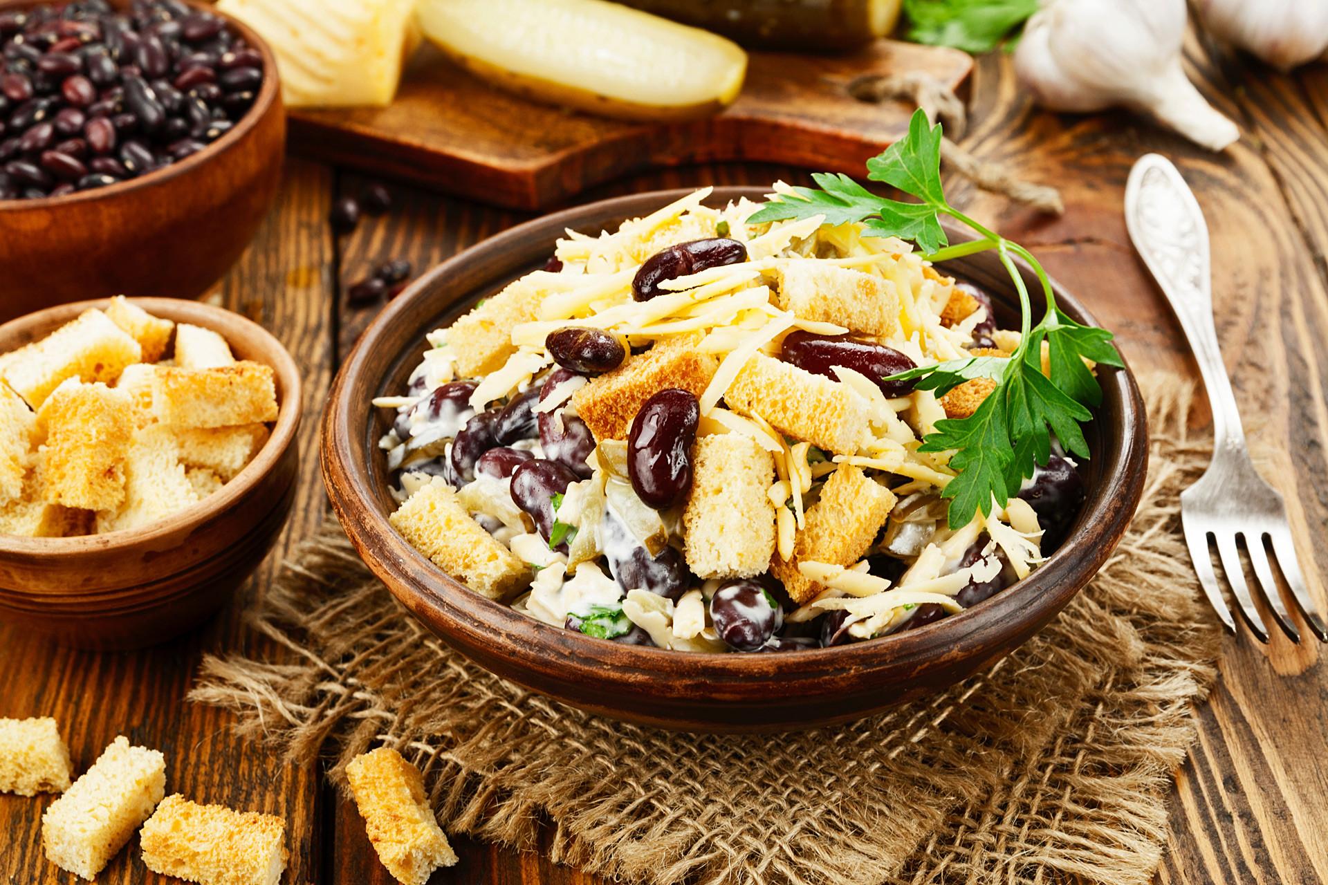 Салат с капустой и фасолью и сухариками и колбасой рецепт