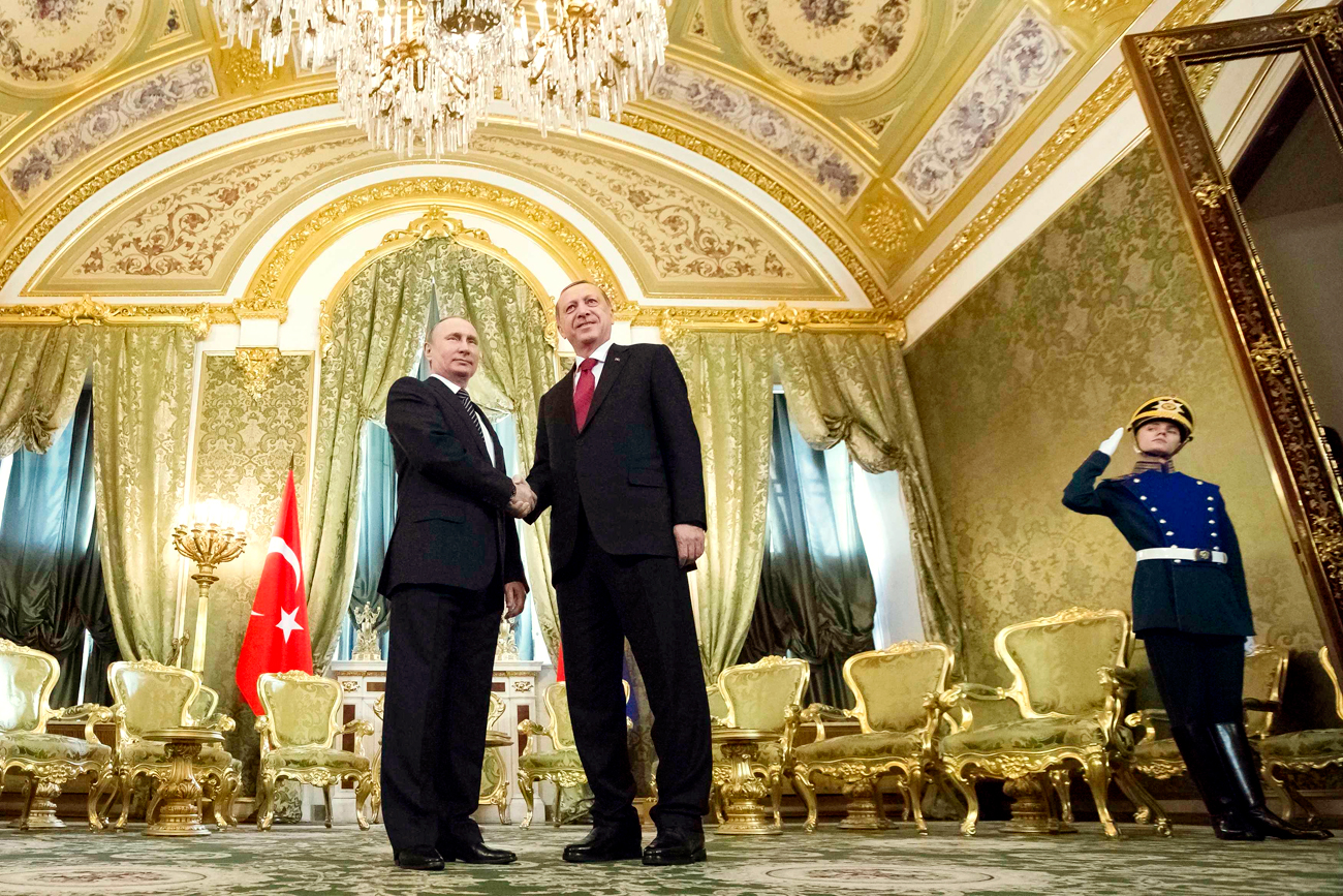Russian President Vladimir Putin (L) shakes hands with Tayyip Erdogan during a meeting at the Kremlin in Moscow, Russia, March 10, 2017. Source: Reuters