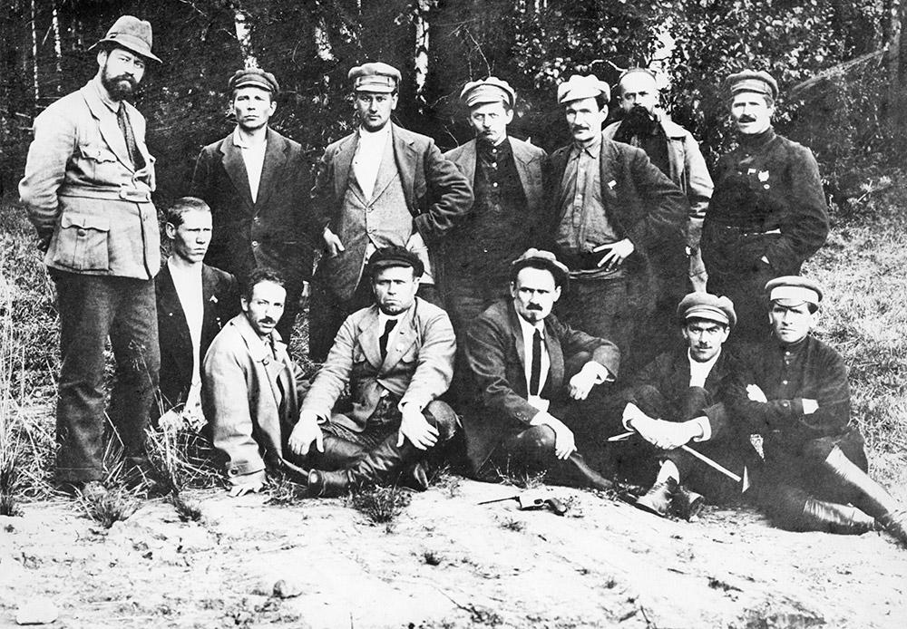 """Grupo de Bolcheviques en la """"tumba"""" de los Romanov. El supuesto lugar de enterramiento. 1934. Fuente: Foto de archivo"""