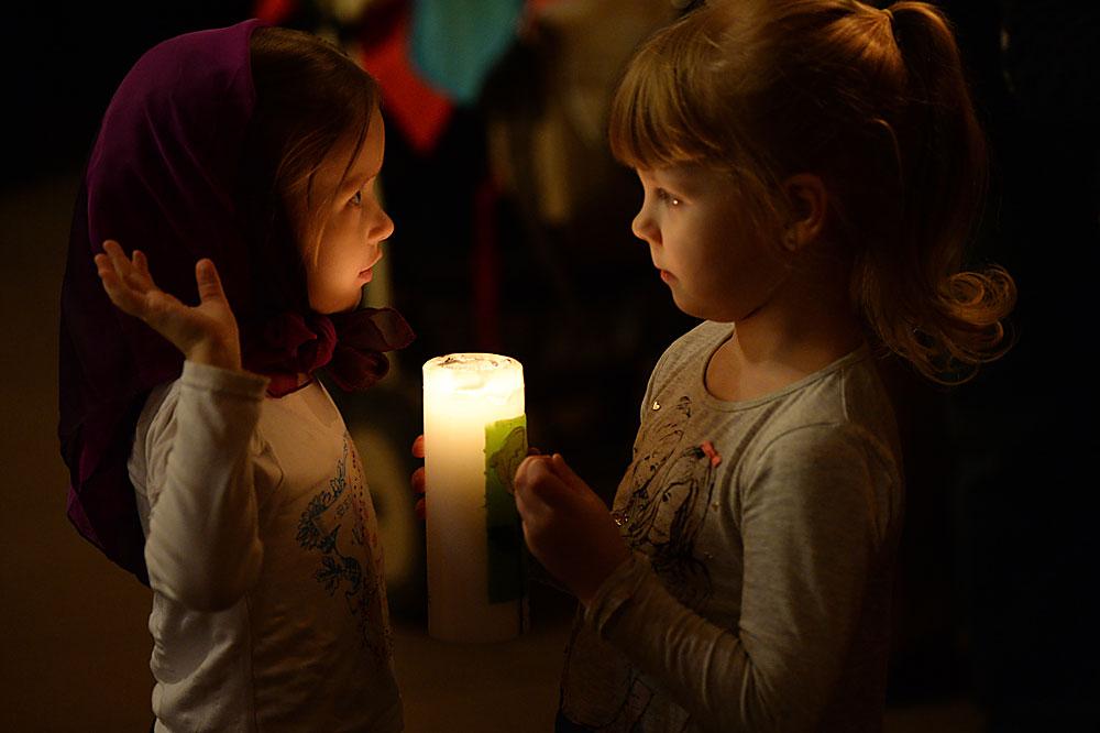 Kebaktian malam Paskah di Katedral Katolik Transfigurasi di Novosibirsk.