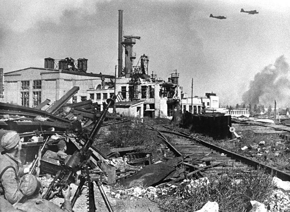 Stalingrad, 1. junij 1942. Borci bataljona metalurškega kombinata Rdeči oktober. Vir: Emanuel Jevzerkin/TASS