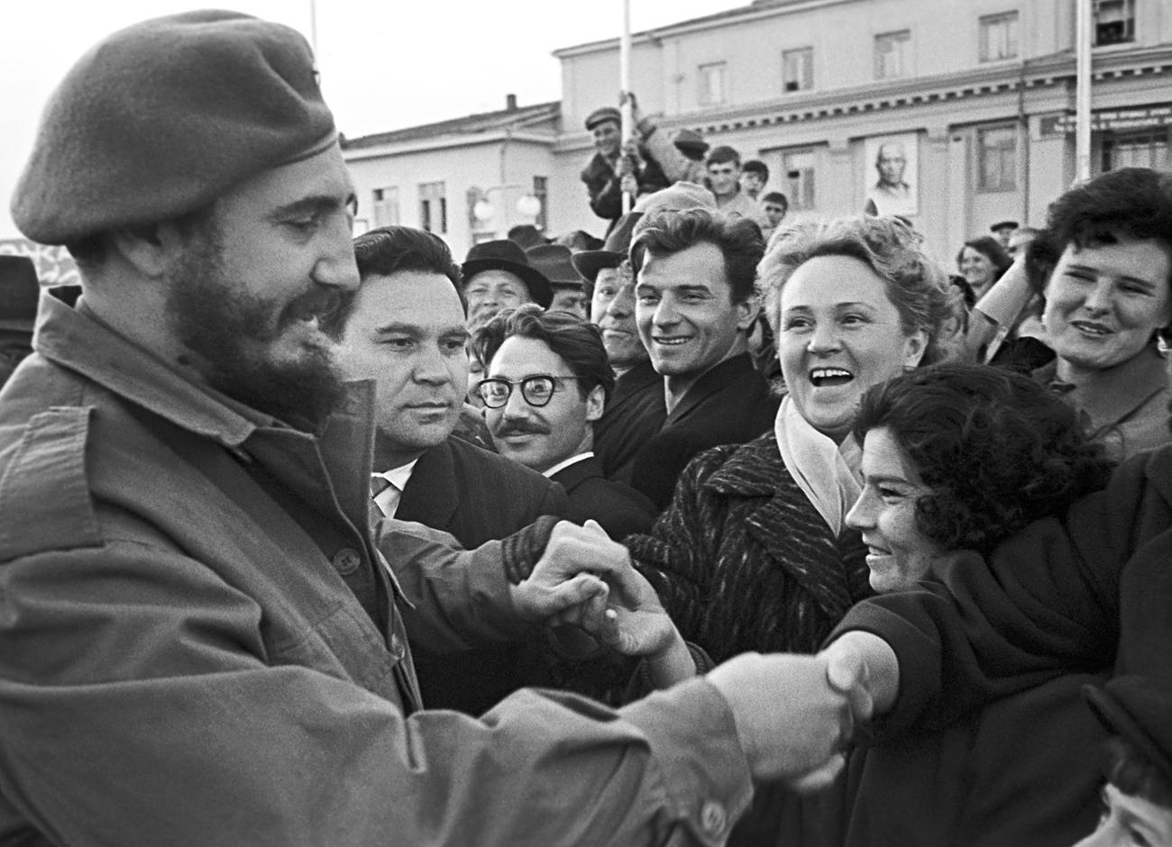 Fidel Castro cumprimentando moradores de Irkutsk, na Sibéria (Foto: TASS)