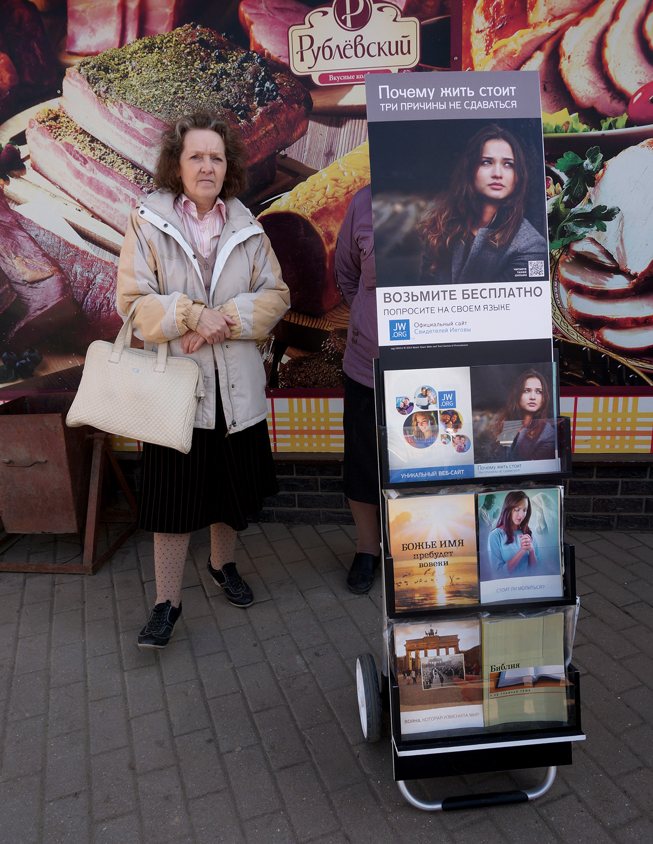 Seorang perempuan menawarkan buku Saksi-saksi Yehuwa. Sumber: Alexander Artemenkov / TASS