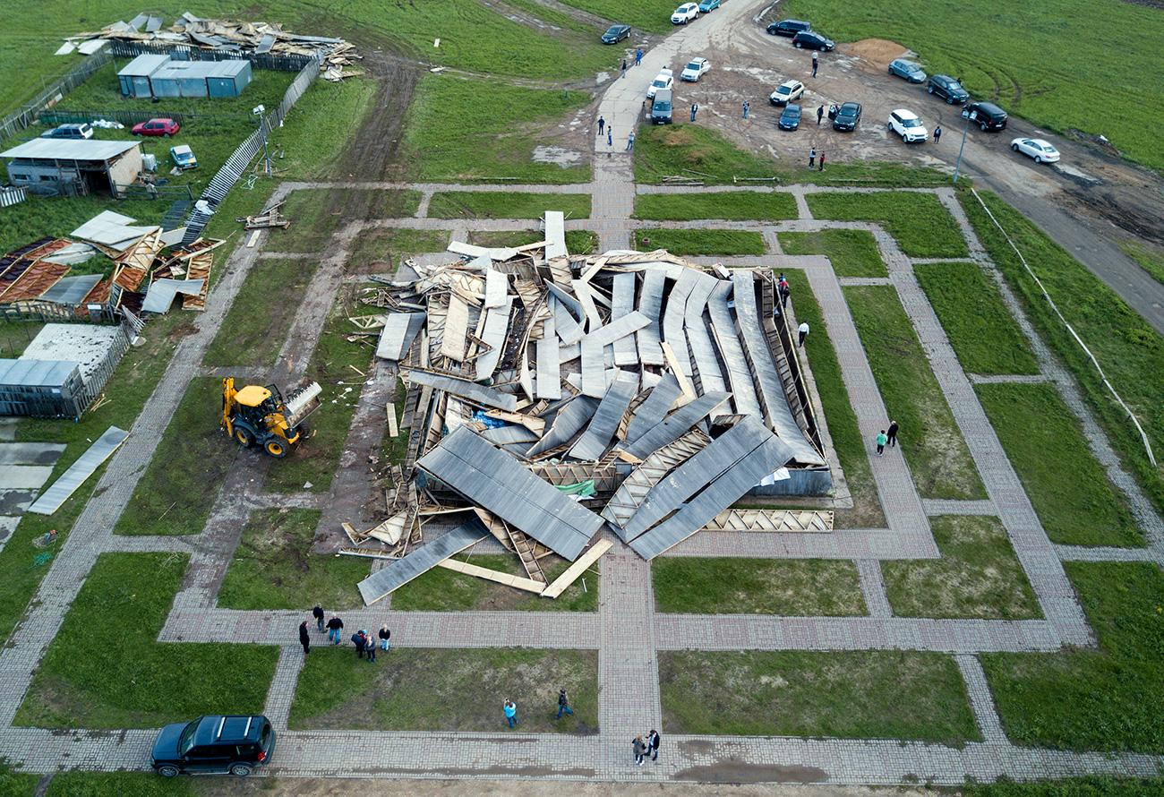 Akibat badai yang menghantam Moskow pekan lalu, piramida yang dibangun oleh Aleksander Golod rata dengan tanah. Sumber: Maxim Blinov / RIA Novosti