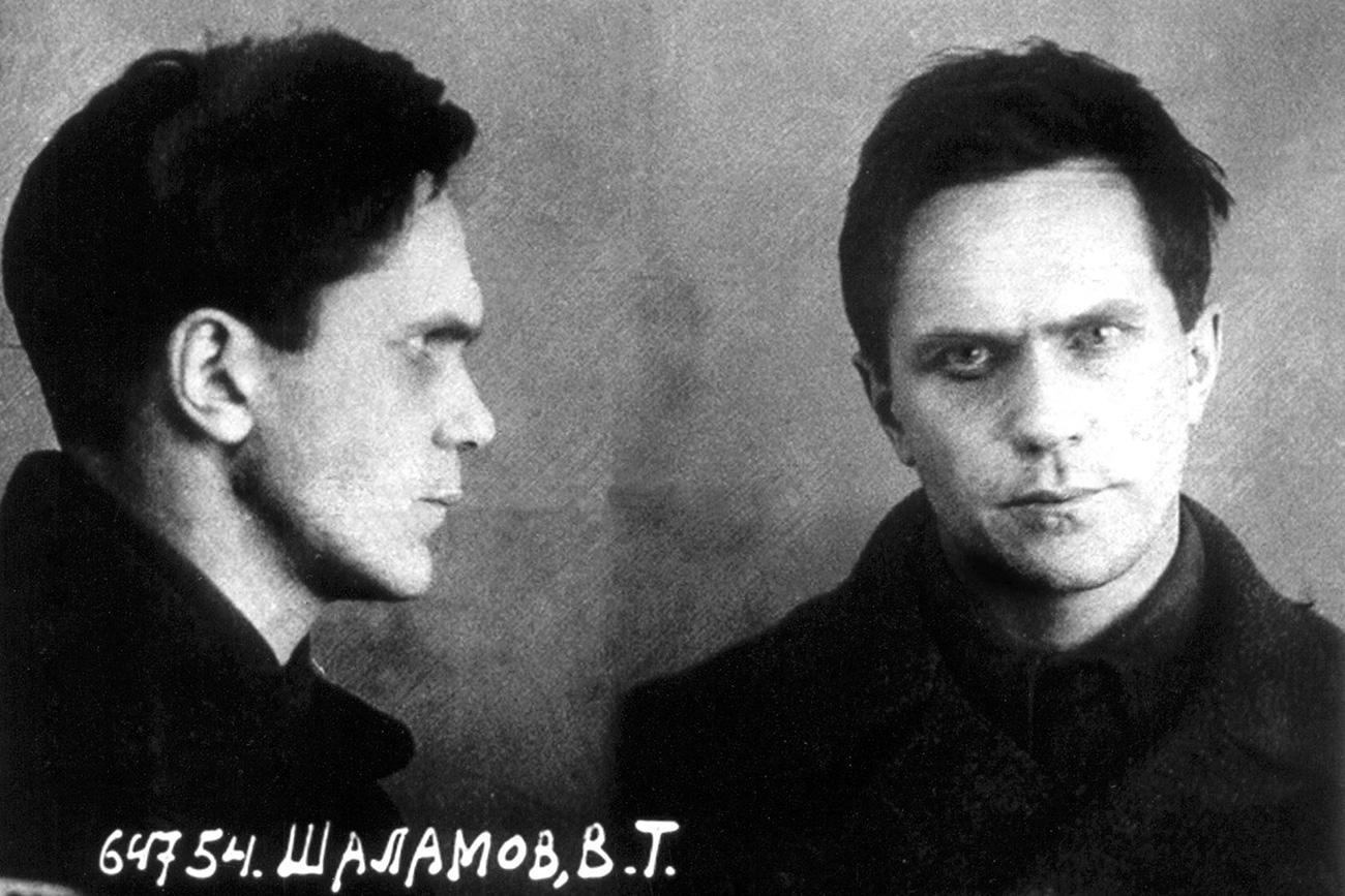 Foto oficial de Varlám Chalámov de seu arquivo pessoal no NKVD após detenção. 1937 (Foto: Arquivo)