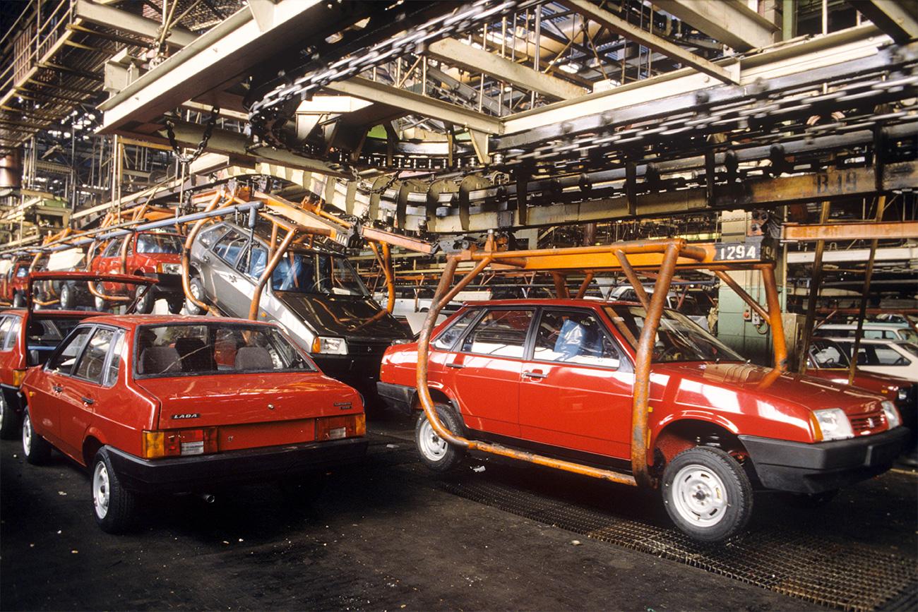 Glavna proizvodna linija tovarne AvtoVAZ leta 1993. Vir: Solomon/RIA Novosti