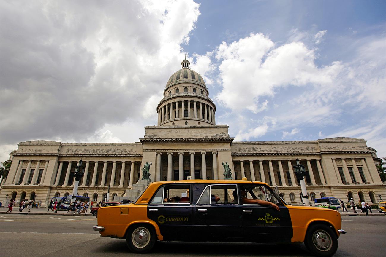 Lada limuzina v Havani na Kubi. Vir: Reuters