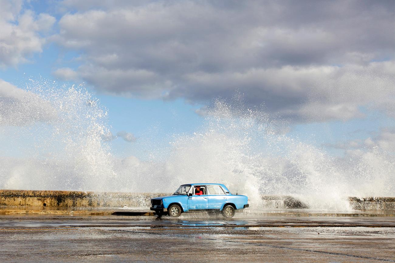 Lada se pelje po bulvarju El Malecon ob obali mesta Havana, 2011. Vir: Reuters