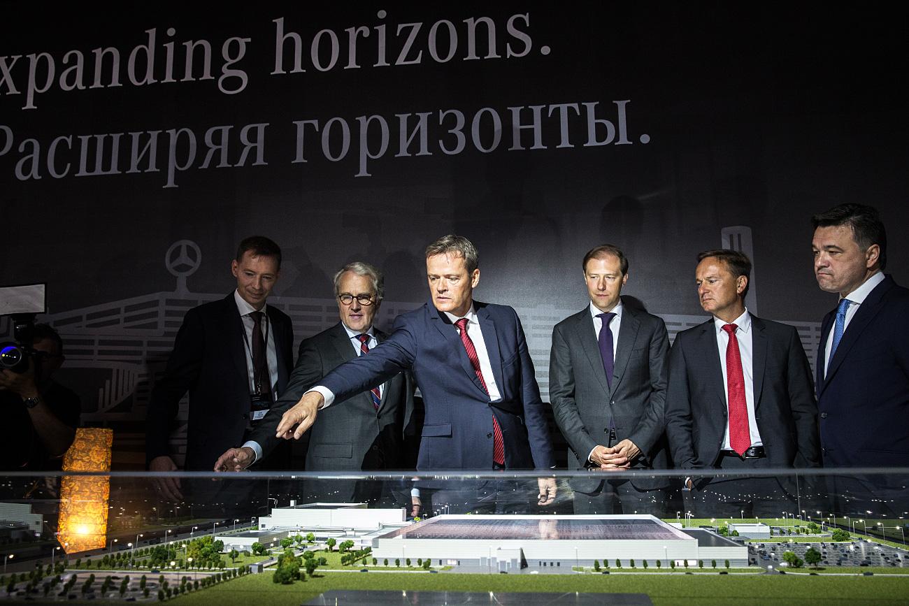 Gerentes da Mercedes-Benz e representantes russos e alemães em uma cerimônia para celebrar a nova fábrica da marca no parque industrial de Iesipovo (Foto: Serguêi Bobilev / TASS)