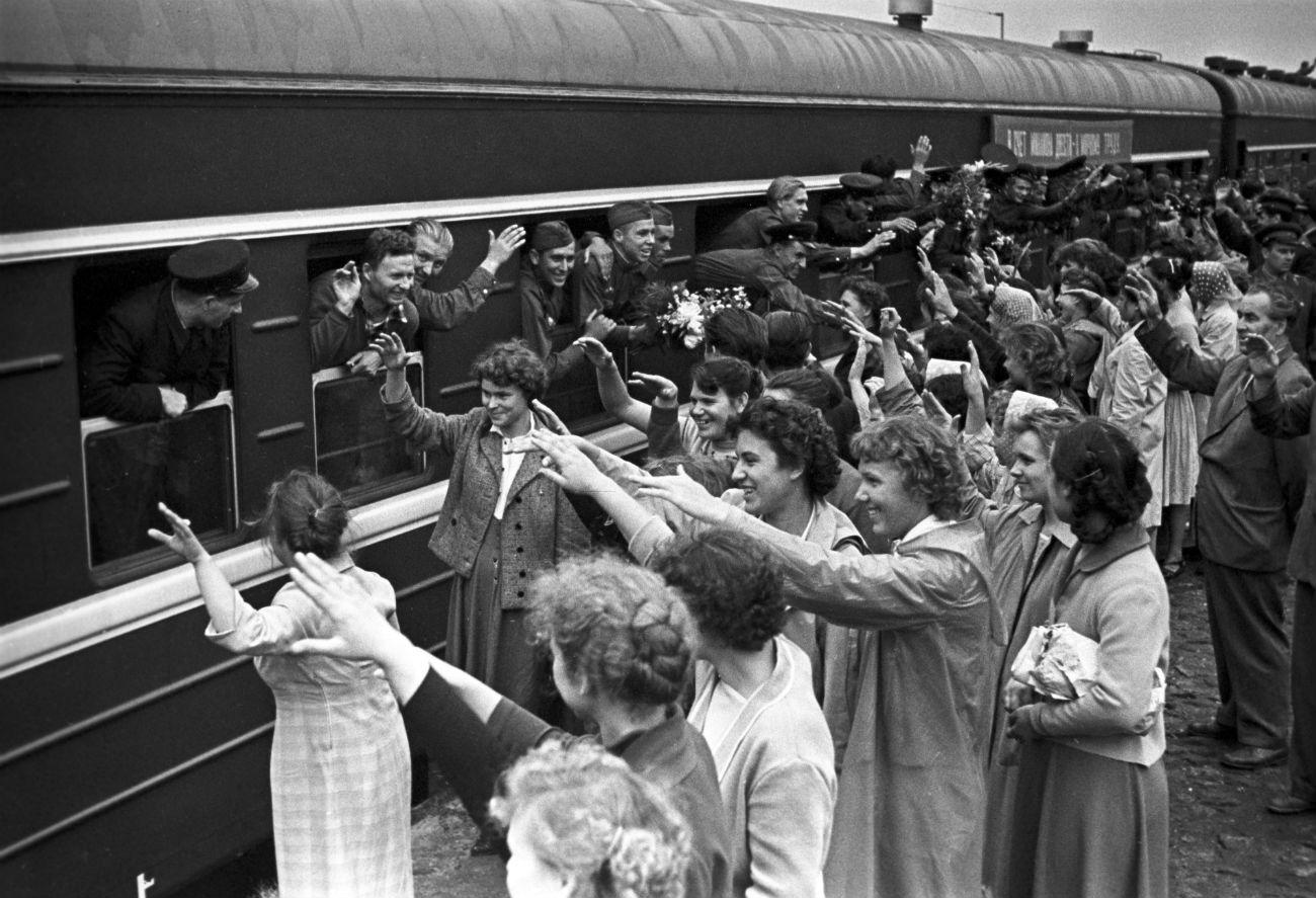Soldados soviéticos desmobilizados deixando suas cidades para ocupar as terras virgens se despedindo de parentes e amigos, em 1960 (Foto: Mikhail Ozerski/TASS)