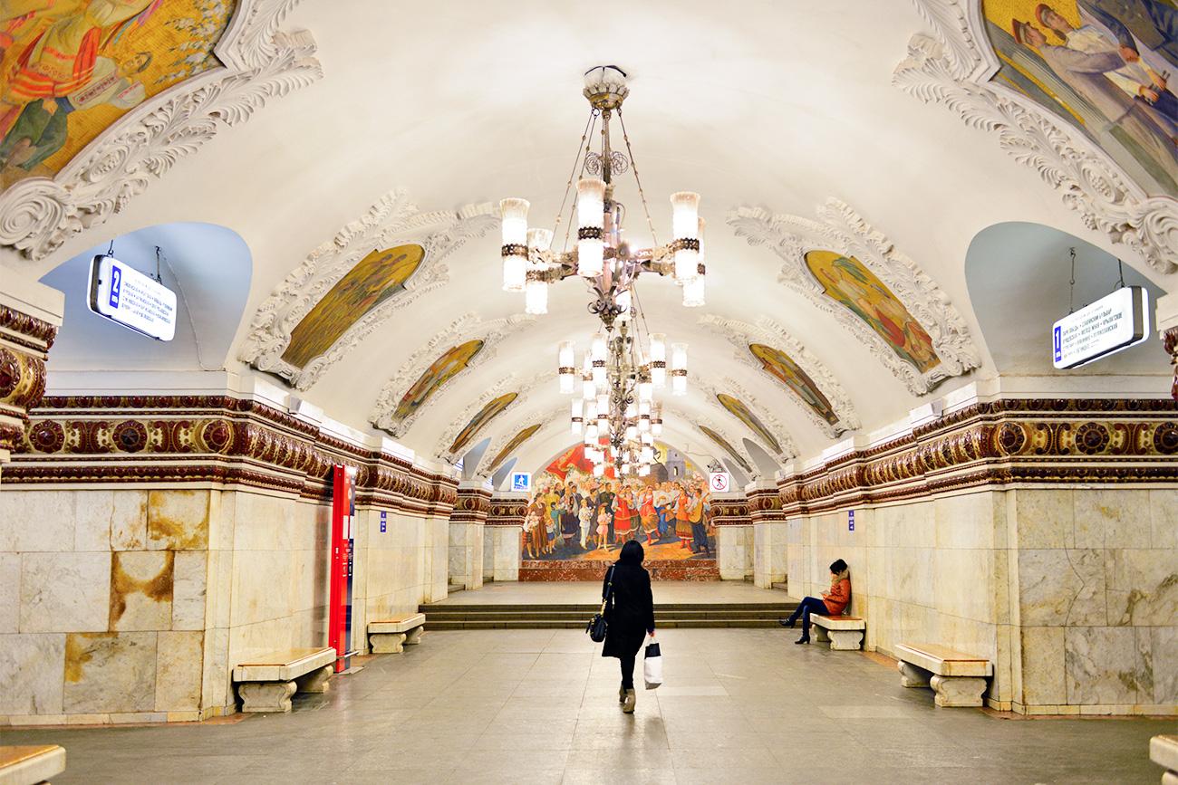 Okrasje v tej postaji je posvečeno sovjetski Ukrajini in Perejaslavski skupščini iz leta 1654. Vir: Vostock-Photo