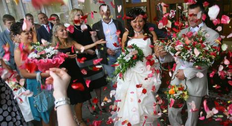 """Pelemparan nasi"" selama acara pernikahan Rusia. Sumber: RIA Novosti/Ilya Pitalev"