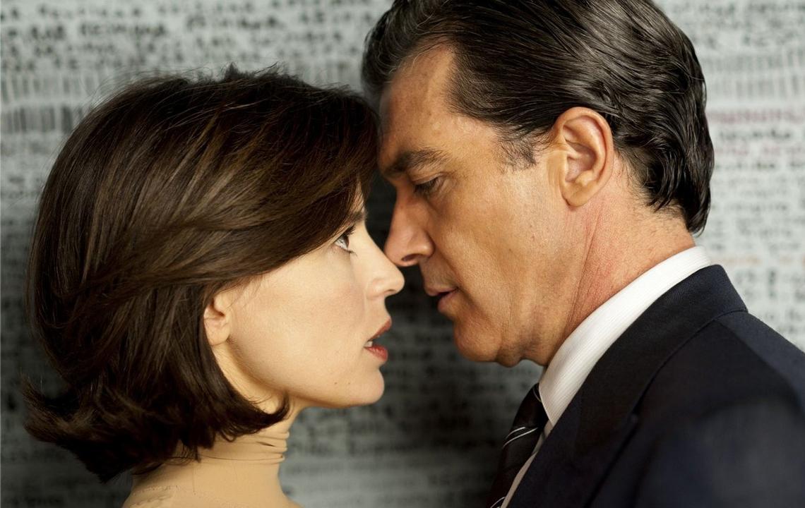 Antonio Banderas e Elena Anaia no filme 'A pele que eu habito' (Foto: kinopoisk.ru)