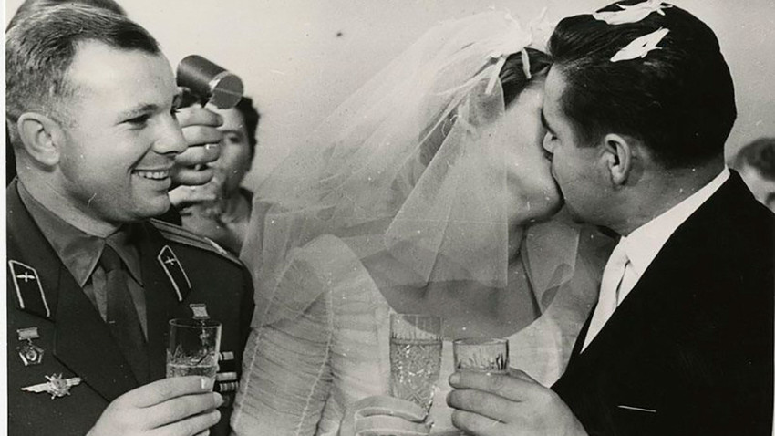 Casamento de Valentina Terechkova e Andrian Nikolaiev, em novembro de 1963. Nikolaiev viajou ao espaço em duas grandes missões: a Vostok 3, em 1962, e a Soyuz 9, em 1970. Em ambas, o cosmonauta bateu novos recordes de resistência, tornando-se o ser humano que mais tempo permaneceu em órbita
