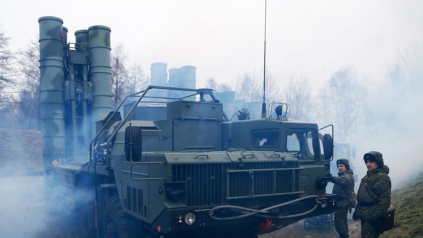 Vaja protizračnih enot Baltske flote s sistemom S-400.