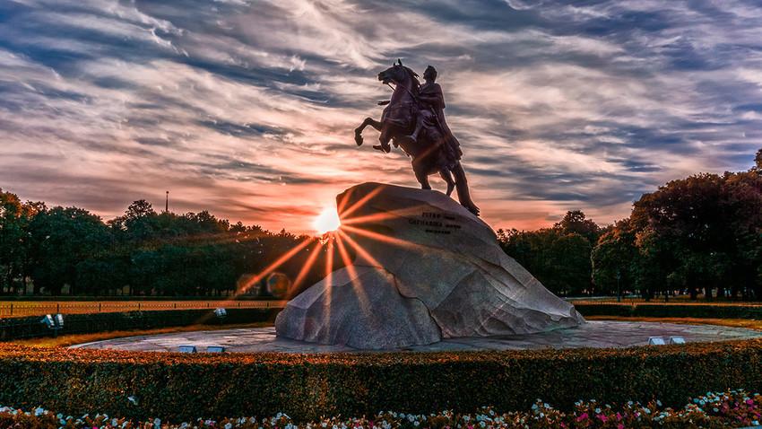 La statua del Cavaliere di Bronzo, il monumento equestre del XVIII secolo dedicato  a Pietro il Grande, eretto a San Pietroburgo