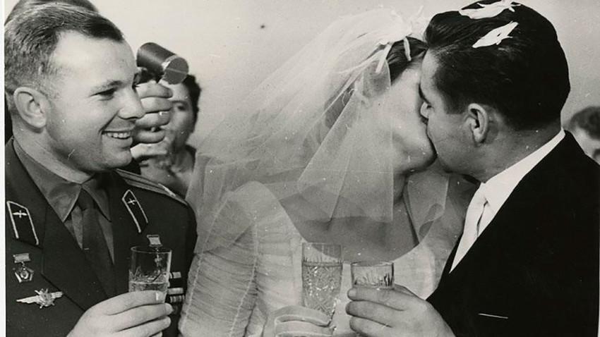 Il matrimonio di Valentina Tereshkova e Andrian Nikolayev. Nikolayev volò a bordo di due navicelle spaziali: con la Vostok 3 nel 1962 e con la Soyuz 9 nel 1970. Foto scattata il 3 novembre 1963