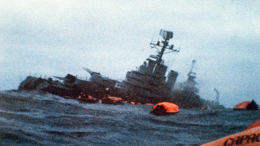 ARA General Belgrano, obkrožen z reševalnimi čolni, potem ko so ga zadeli torpedi britanske podmornice. 2. maj 1982.