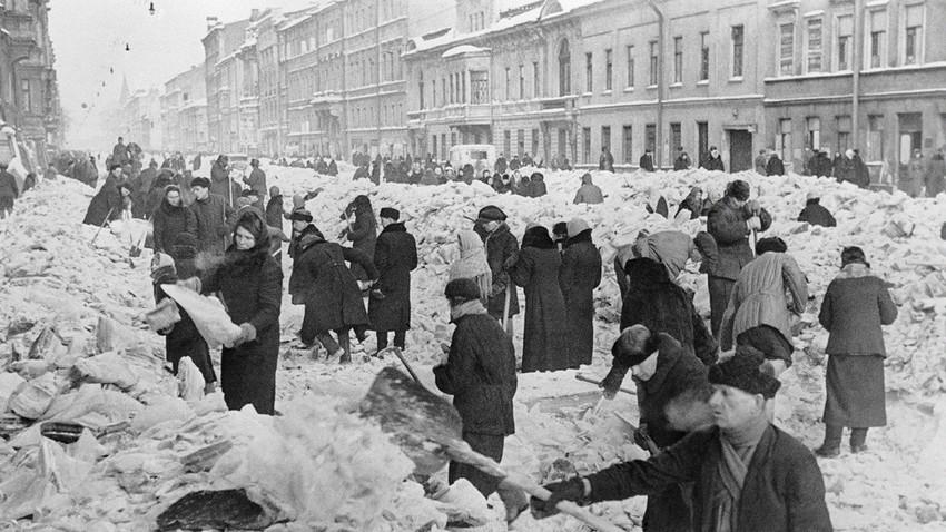 Räumen einer Straße von dickem Eis und Schnee, März 1942