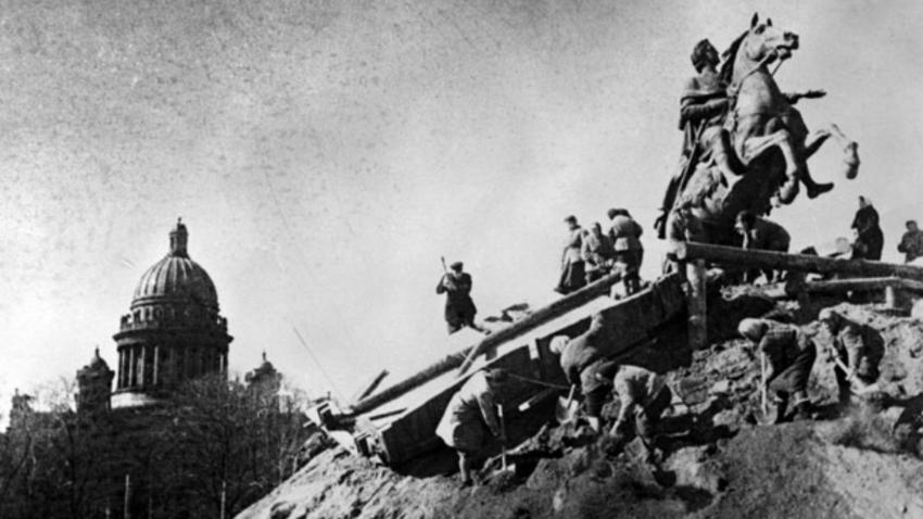 Kljub lakoti in mrazu so Leningrajčani vložili herojske napore v zaščito neprecenljive arhitekture in umetniških del pred nemškimi bombami. Spomenike so obdali z »oklepi«, jih prenesli ali zakopali, zlate kupole in strehe so premazali s posebno zmesjo, da bi bile manj opazne za nemško letalstvo.