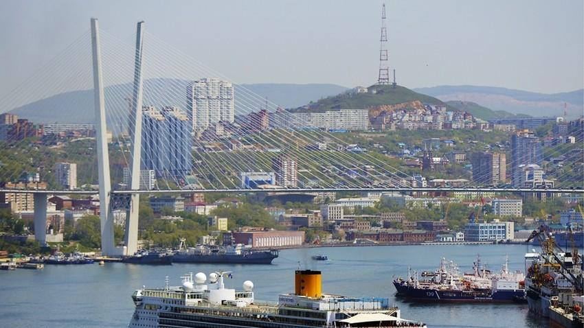 Vladivostok adalah kota pelabuhan terbesar di Rusia.
