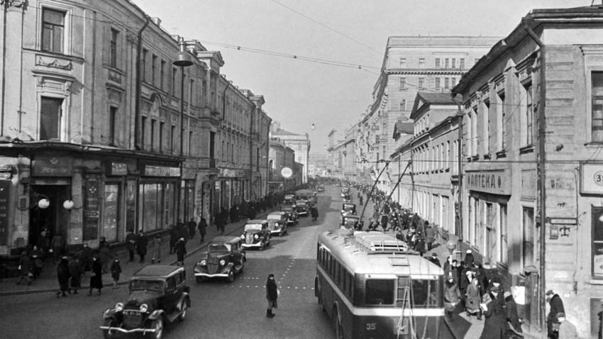 La via Gorkij, oggi chiamata via Tverskaya, fotografata in epoca sovietica