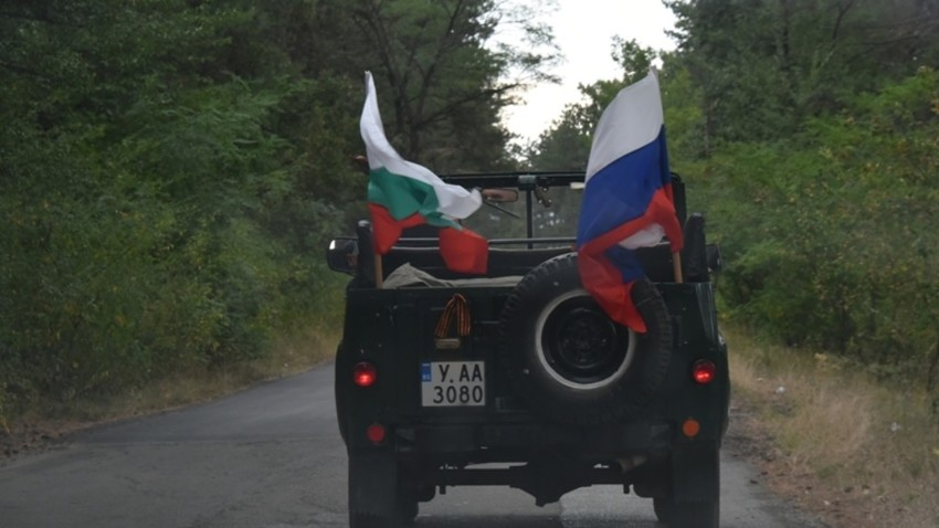 Приятели на Русия пътуват към събора край язовир Копринка.