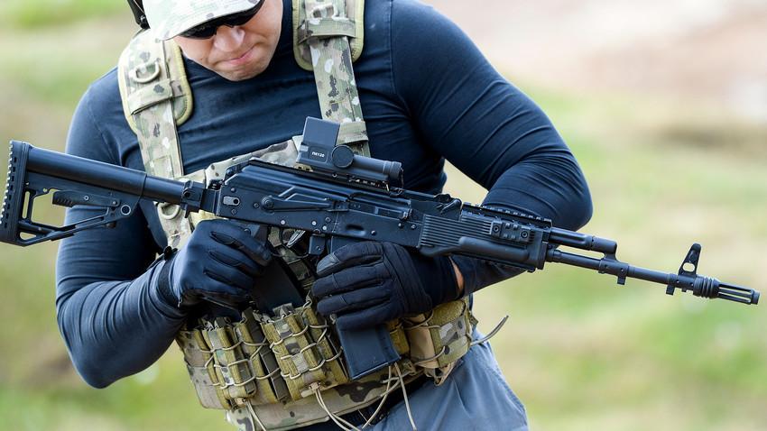 Demonstração de disparo de fuzil de assalto AK-74M