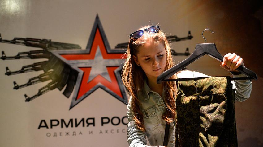 Seorang pelanggan melihat-lihat barang di sebuah toko militer Rusia di Moskow