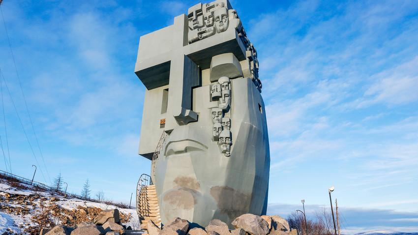 """Die """"Maske des Leids"""" - Denkmal für die Tausenden Deportierten in der Region."""