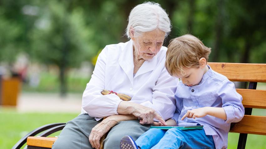 """""""Vovô e vovó por uma hora"""" oferece o tempo de idosos para levar crianças à escola ou apenas compartilhar histórias a cerca de R$ 12 por hora."""