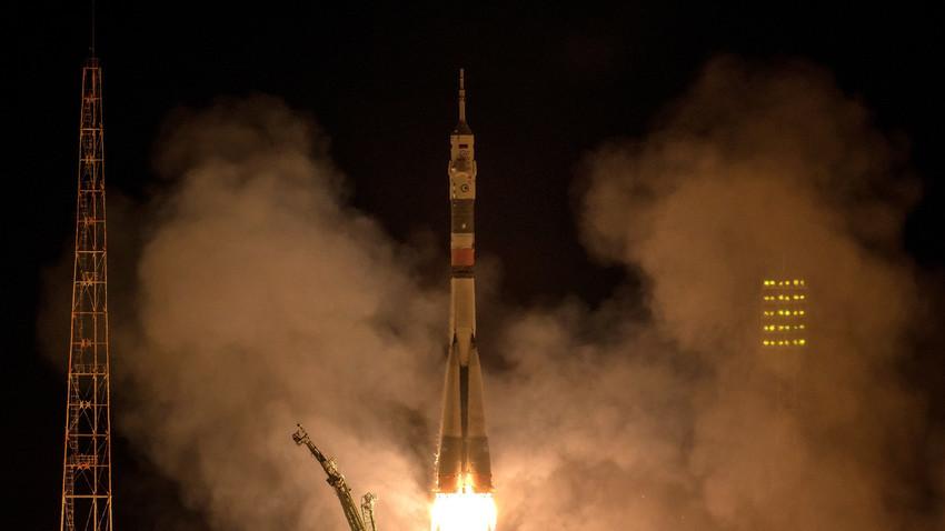 Pesawat antariksa Soyuz MS-06 saat meluncur dari Baikonur dengan membawa 3 awak menuju ISS.