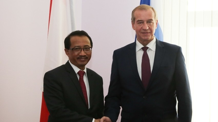Gubernur Provinsi Irkutsk Sergey Georgievich Levchenko berjabat tangan dengan Dubes Indonesia untuk Rusia M. Wahid Supriyadi.