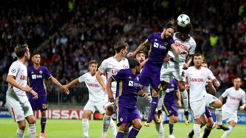 Šuler (Maribor) in Adriano (Spartak) v boju za žogo.
