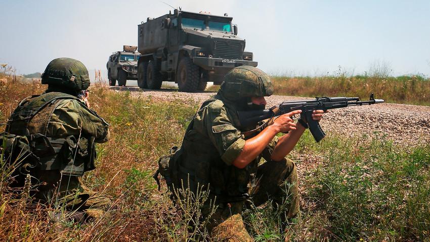 Soldados durante exercício tático com unidades das forças especiais do Distrito Militar do Sul da Rússia