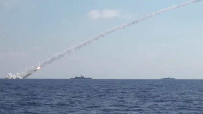 """Tujuh rudal """"Kalibr"""" yang meluncur dari kapal selam Rusia berhasil hancurkan fasilitas ISIS di Suriah."""