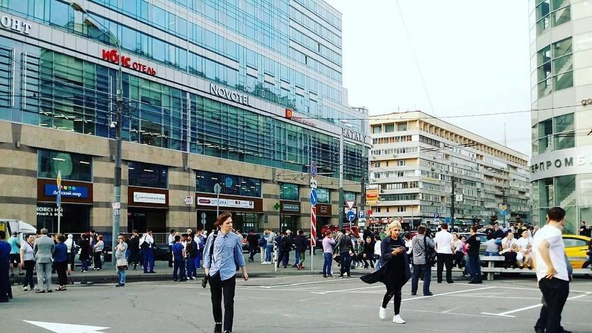 Lebih dari 20.000 orang dievakuasi dari pusat-pusat perbelanjaan, stasiun kereta api, dan beberapa universitas akibat ancaman bom di Moskow.