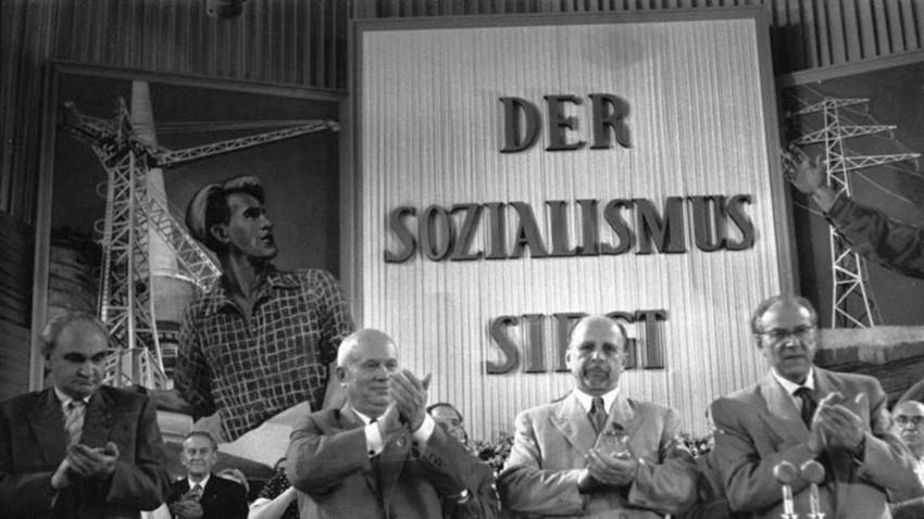 V. Parteitag der SED 1958 in Berlin 1. Tag UBz: Beifall nach Referat Walter Ulbrichts. Heinrich Rau, Politbüro der SED; N.S. Chruschtschow, Erster Sekretär des ZK der KPdSU; Walter Ulbricht, Erster Sekretär des ZK der SED, und Ministerpräsident Otto Grotewohl, Politbüro des ZK der SED (v.l.n.r.)