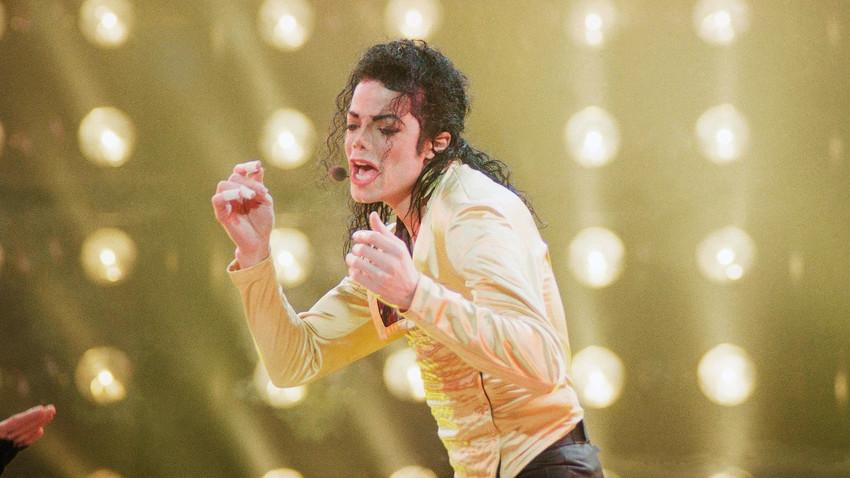 Американскиот изведувач Мајкл Џексон пее за време на неговиот прв и единствен концерт во поранешниот Советски Сојуз за време на врнежлива ноќ на Олимпискиот стадион во Москва. Среда, 15 септември 1993.