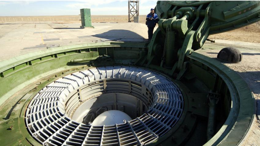"""Medcelinska balistična raketa RS-18 """"Stilet"""" na območju kozmodroma v Bajkonurju pred testno izstrelitvijo."""