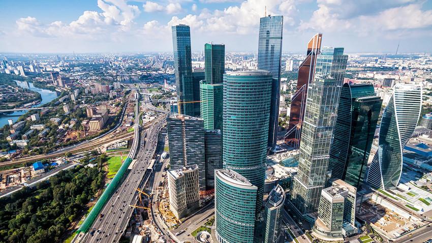 Поглед од птичја перспектива на бизнис-центарот Москва Сити