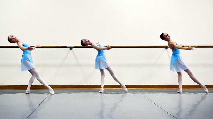 Ученици в час в Московската държавна хореографска академия, известна като Академията на Болшой театър. Москва, 3 март 2016 година.