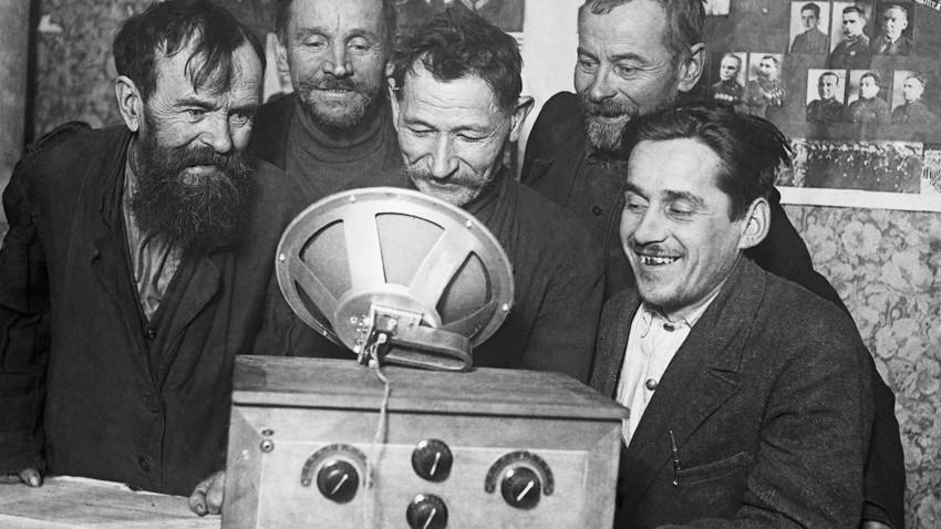 Работници разглеждат първия радиоприемник в местното ТКЗС.