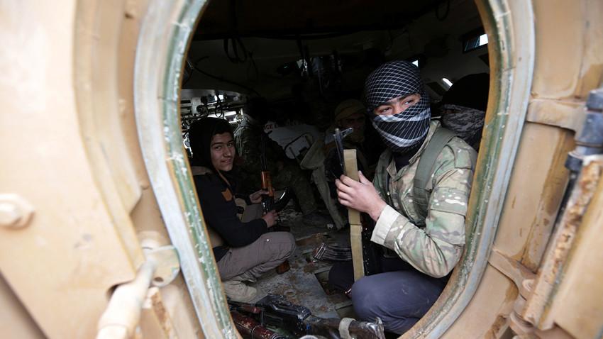 Oposisi Suriah di dalam sebuah kendaraan militer saat perjalanan ke kota al-Bab, Januari 2017.