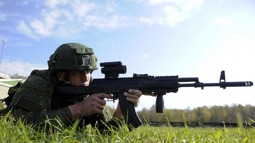 Seorang tentara Rusia menguji coba senapan Kalashnikov AK-12