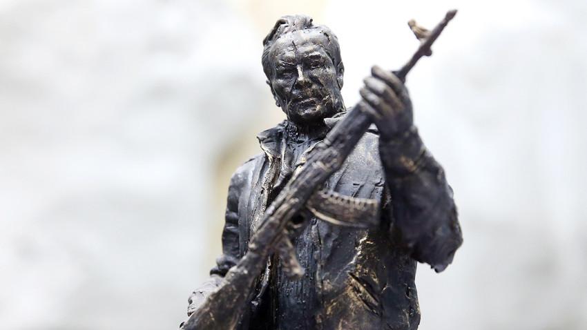 AK-47, maior criação de Kalashnikov, tem destaque na escultura