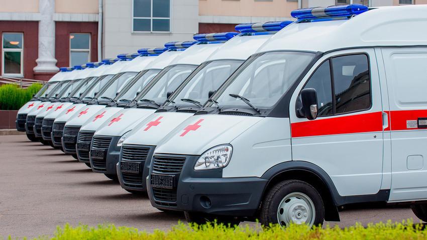 Saat terjadi cedera serius, luka, atau kecelakaan lalu lintas, Anda harus menghubungan layanan darurat.