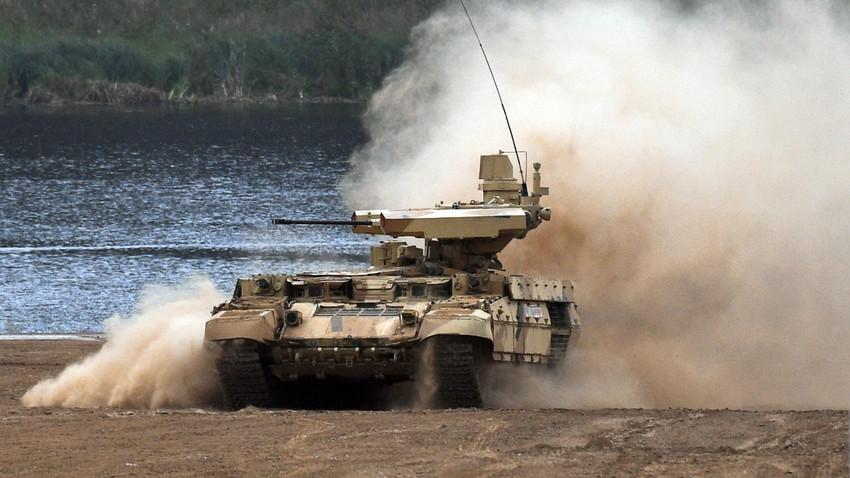 """Оклопно борбено возило за пружање подршке тенковима """"Терминатор 2"""" на изложби савременог перспективног наоружања и војне и специјалне технике на Међународном војнотехничком форуму 2017. године, полигон Алабино."""