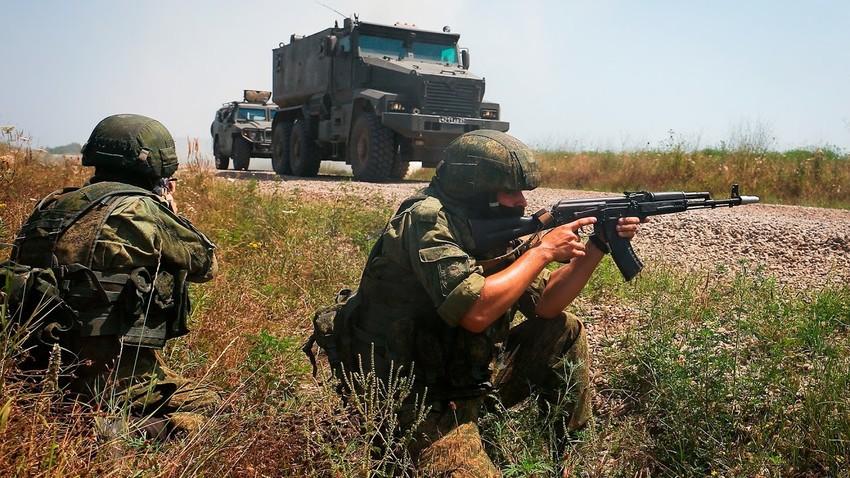 Dua orang prajurit selama latihan taktis dengan unit pasukan khusus Distrik Militer Selatan.