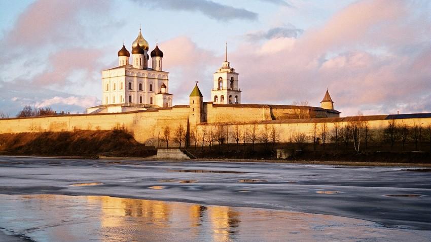 """Kremlin kota Pskov. Dalam bahasa Rusia, kremlin berarti """"benteng'."""
